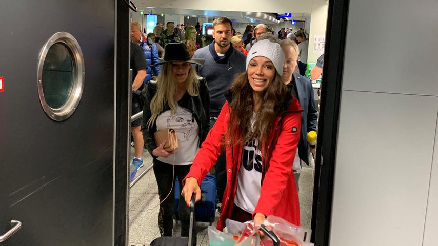 Sibylle Rauch und Gisele Oppermann am Frankfurter Flughafen