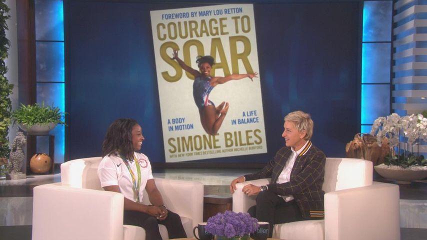 """Simone Biles und Ellen DeGeneres (r.) bei der """"The Ellen DeGeneres Show"""" in Los Angeles"""