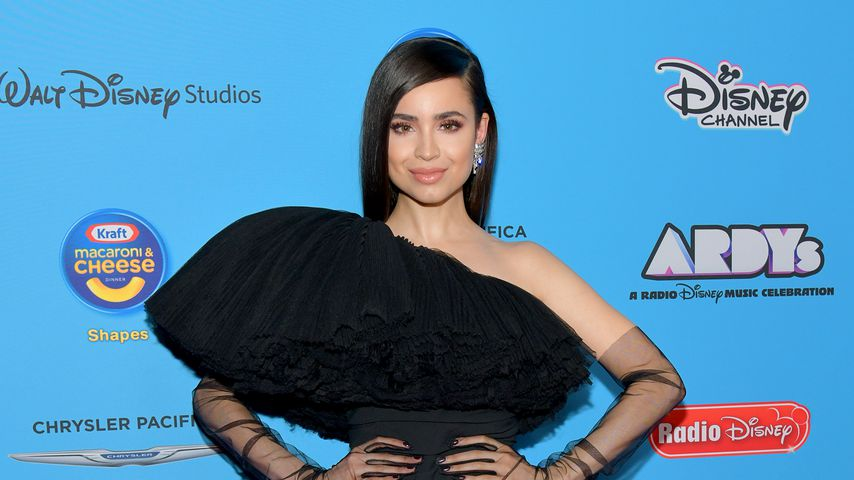 Sofia Carson posiert in einem schwarzen Mini-Kleid