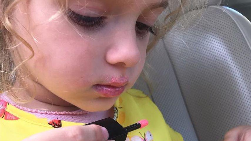 Beauty-Mini-Katze: Sophia Cordalis nutzt schon Lipgloss