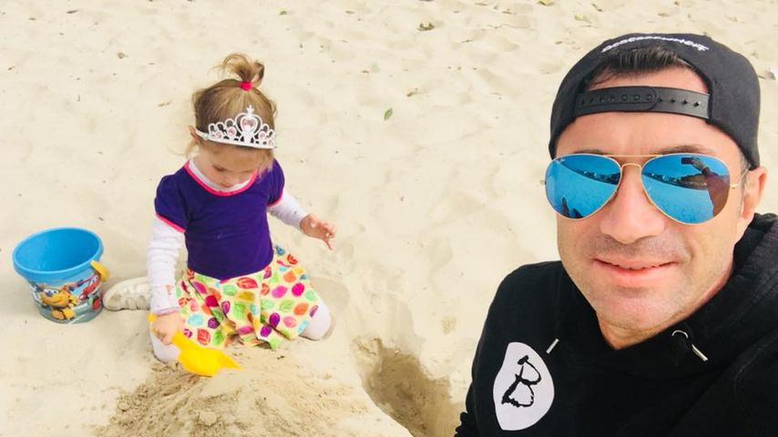 Relaxtes Papa-Tochter-Duo: Lucas & Sophia Cordalis am Strand