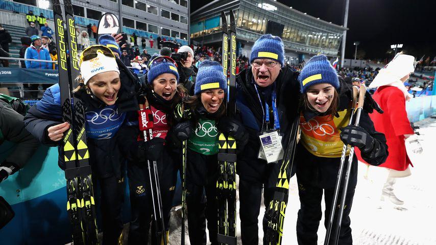 Stina Nilsson, Ebba Andersson, Charlotte Kalla und Anna Haag mit König Carl Gustaf