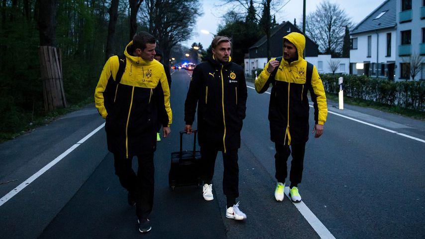 Sven Bender, Marcel Schmelzer & Nuri Sahin kurz nach dem Attentat auf den BVB-Bus
