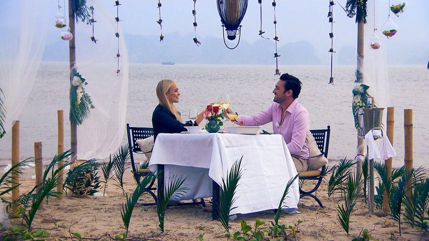 Svenja von Wrese und Bachelor Daniel Völz beim Dinner am Strand