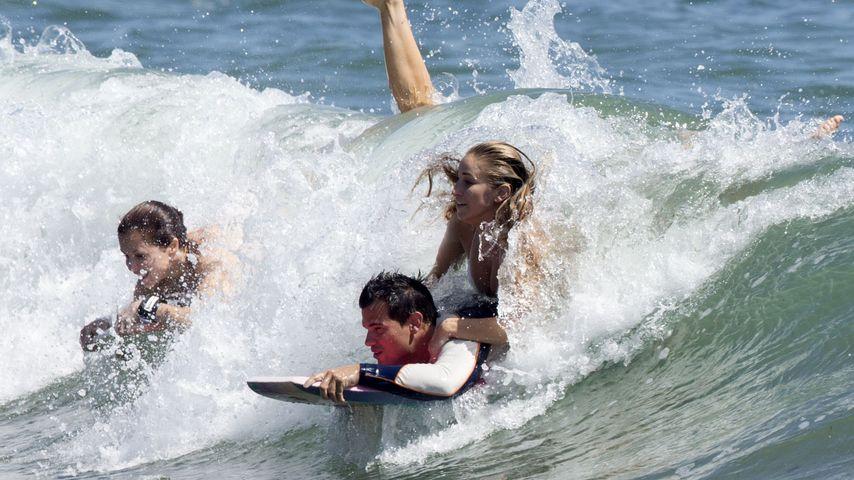 Verliebt? Taylor Lautner planscht mit sexy Blondine im Meer