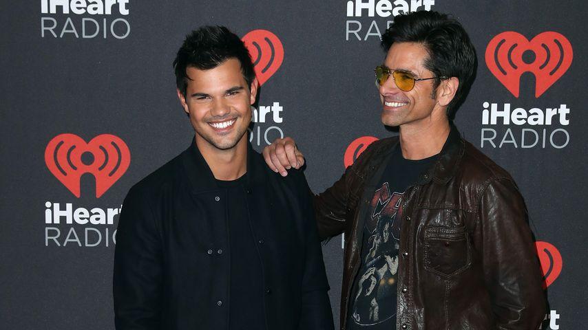 "Taylor Lautner und John Stamos (r.) bei dem ""iHeartRadio2-Music Festival in Las Vegas"