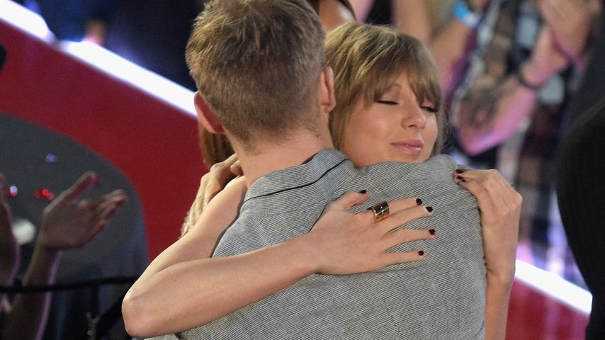 "Taylor Swift umarmt Calvin Harris auf den ""iHeartRadio Music Awards"" 2016"