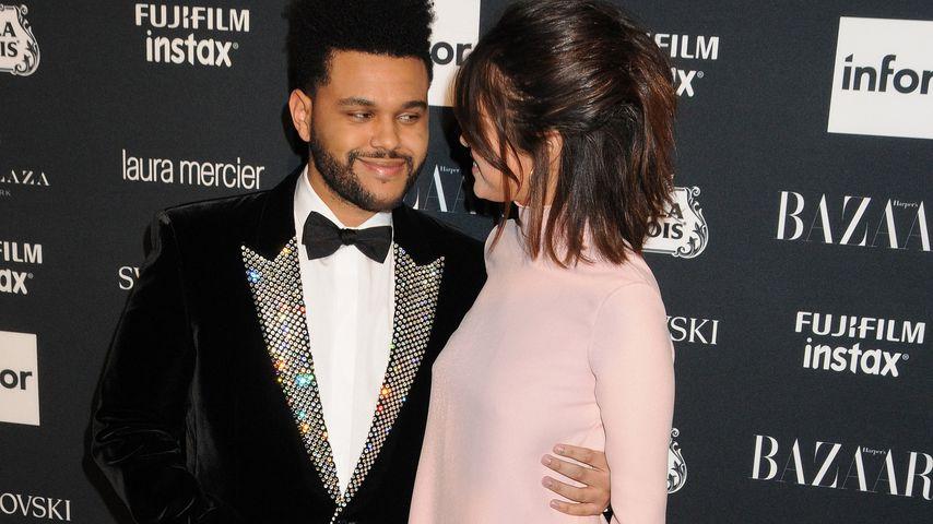 """The Weeknd und Selena Gomez auf dem roten Teppich bei der """"Harper's Bazaar""""-Party in New York"""