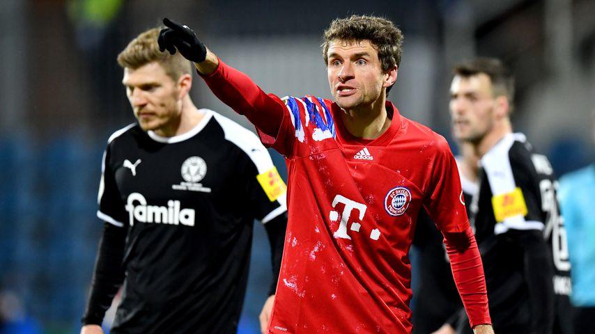 Zweitligist kickt Bayern: Thomas Müller fährt Reporterin an