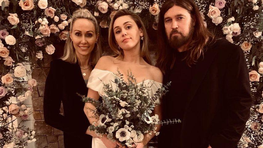 Miley Cyrus (m.) mit ihren Eltern Tish und Billy Ray am Tag ihrer Hochzeit