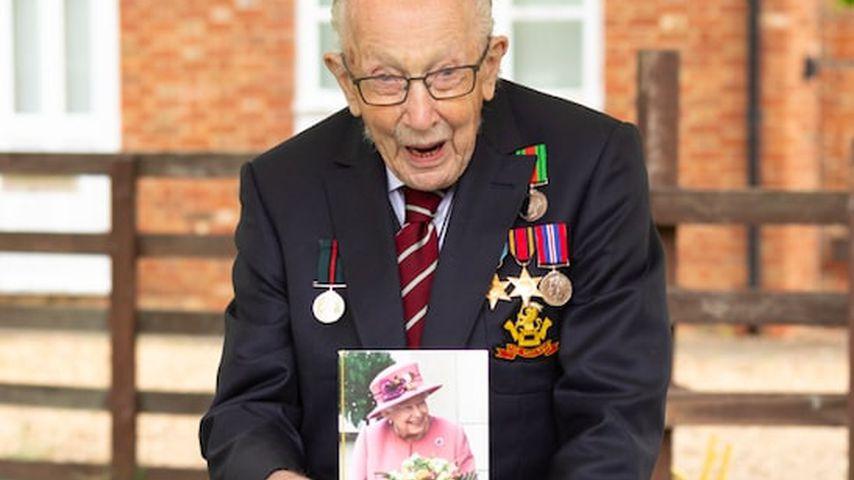 Tom Moore präsentiert stolz seine Geburtstagskarte von Queen Elizabeth II. im April 2020