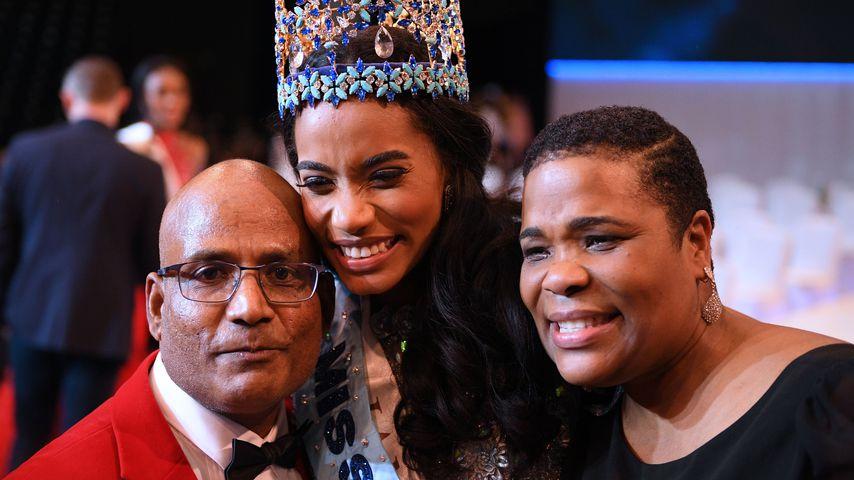 Toni-Ann Singh (m.) mit ihren Eltern