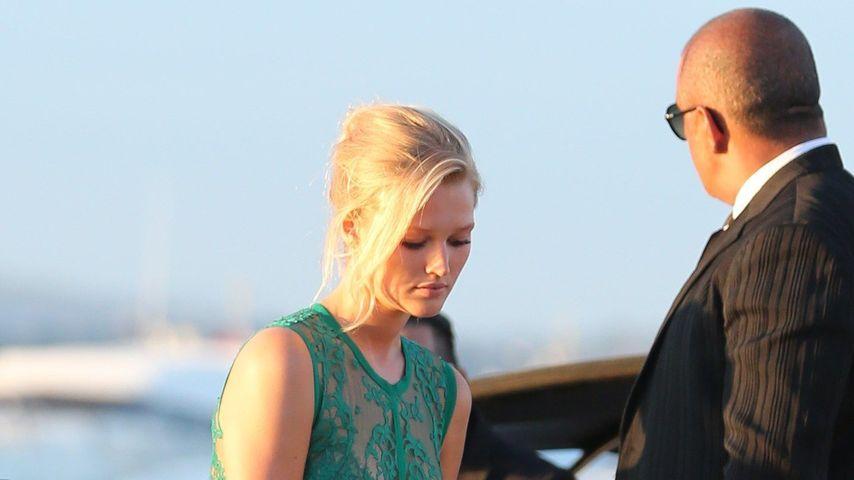 Toni Garrn: Barfuß und im Abendkleid auf der Yacht