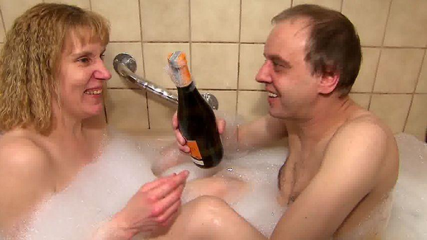 Melanie und Tony Marony mit Sekt in der Badewanne