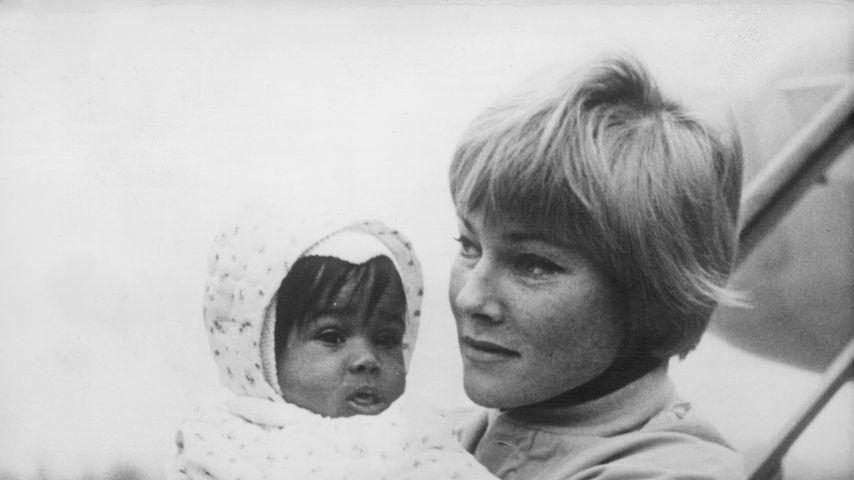 Tracey Davis und ihre Mutter May Britt im November 1961