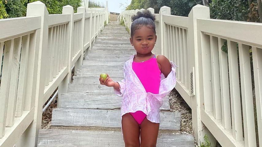 Im pinken Badeanzug: Khloés Tochter True zieht süße Grimasse