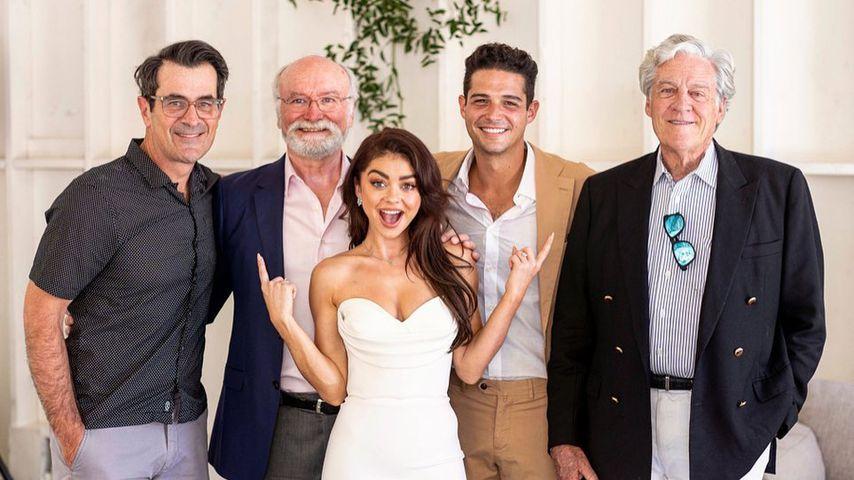 Ty Burrell (links) mit Sarah Hyland, Wells Adams und den Vätern des Paars