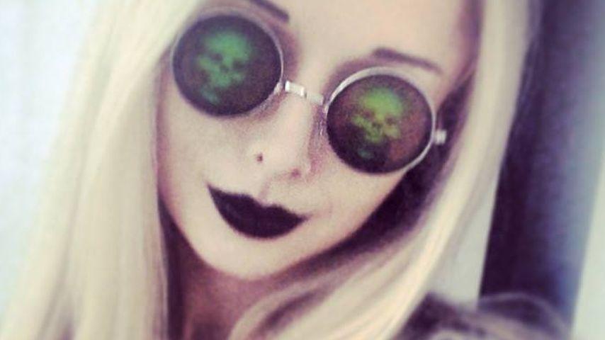 Von wegen Püppchen! Valeria posiert im Gothik-Look