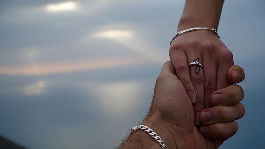 Verlobungs-Post von Julian Evangelos und Stephanie Schmitz