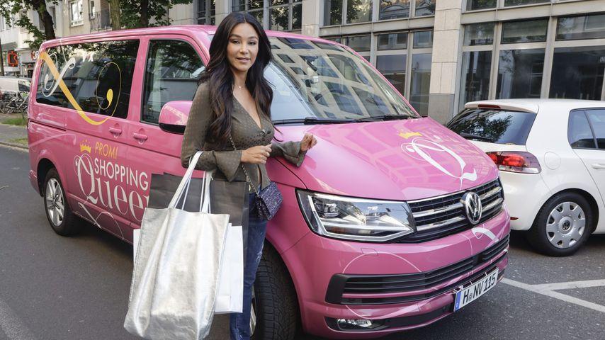 "Verona Pooth vor dem ""Promi Shopping Queen""-Mobil"