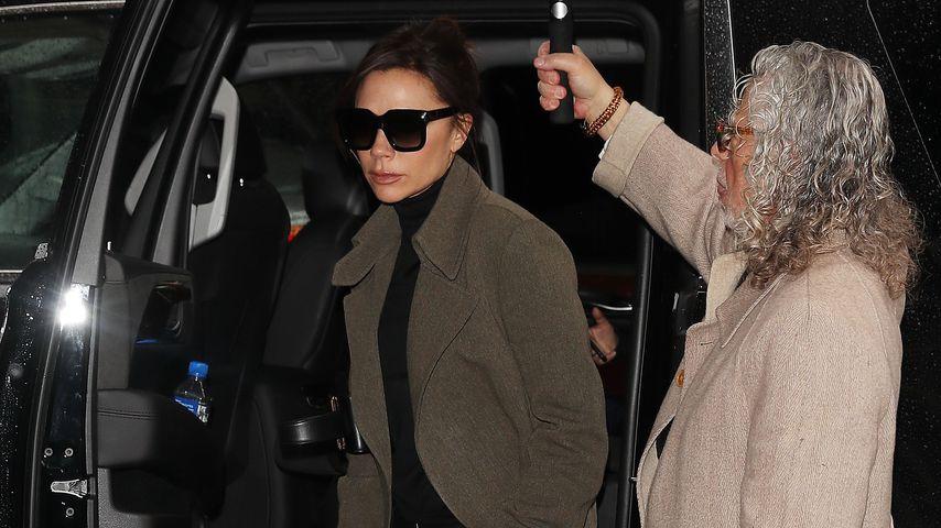 Abgehoben: Immer an Frau Beckhams Seite, ihr Schirmträger!