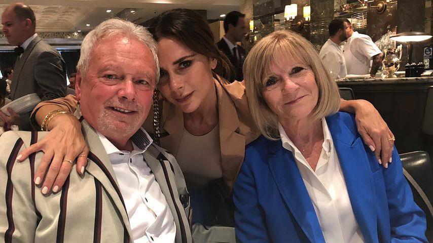 Victoria Beckham mit ihren Eltern Tony und Jackie Adams