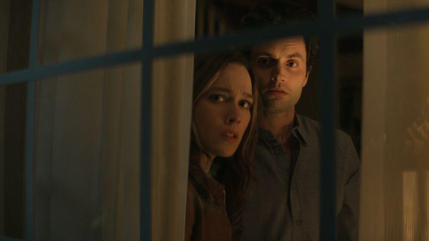 "Victoria Pedretti und Penn Badgley in ""You""-Staffel drei"