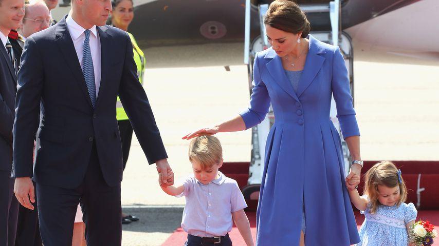 Prinz William, Prinz George, Herzogin Kate und Prinzessin Charlotte am Flughafen Tegel
