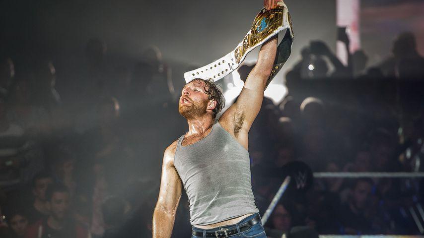 Mit Messer? Fan-Attacke gegen WWE-Wrestler Dean Ambrose