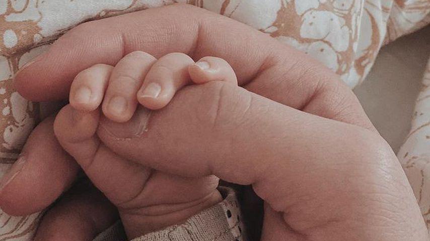 Yasin mit der Hand seines Sohnes