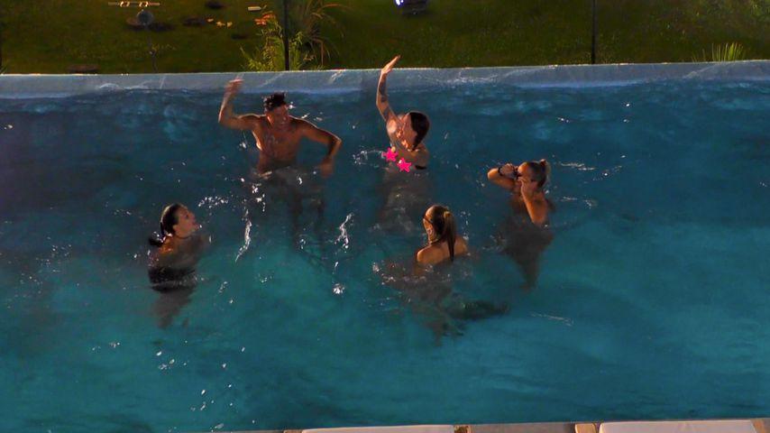 """Collage: Yasin Mohamed mit den """"Temptation Island""""-Verführerinnen im Pool"""