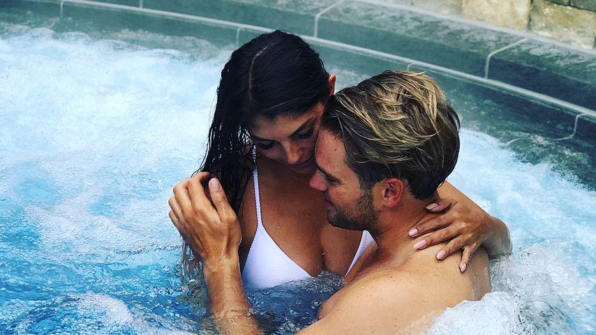 Brust-Grapscher: Johannes Haller hat Yeliz Koc fest im Griff