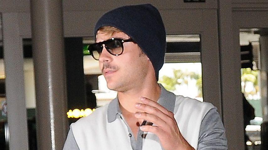 Zac Efron mit Schnäuzer auf dem Weg nach Cannes