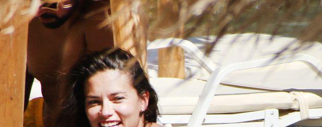 Adriana Lima und Sami Khedira am Strand von Mykonos