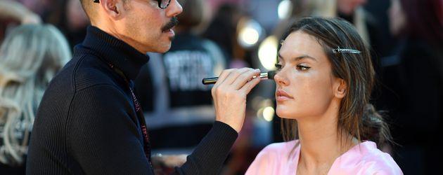 """Alessandra Ambrosio im Backstage-Bereich der """"Victoria's Secret""""-Show"""