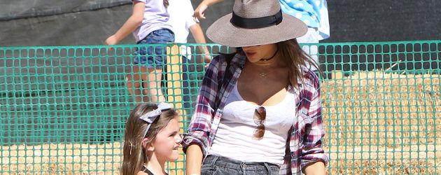"""Alessandra Ambrosio mit Tochter Anja beim """"Pumpkin Patch"""" in Los Angeles"""