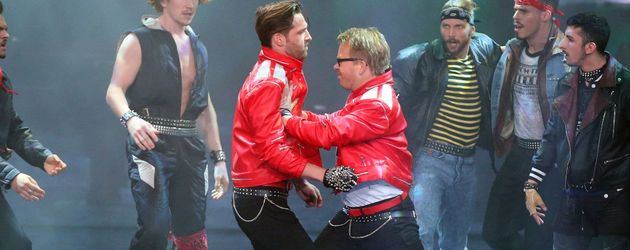 "Alexander Kumptner & Mario Kotaska (r.) performen zu ""Beat it"" von Michael Jackson."