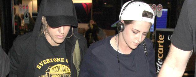 Alicia Cargile und Kristen Stewart am Flughafen