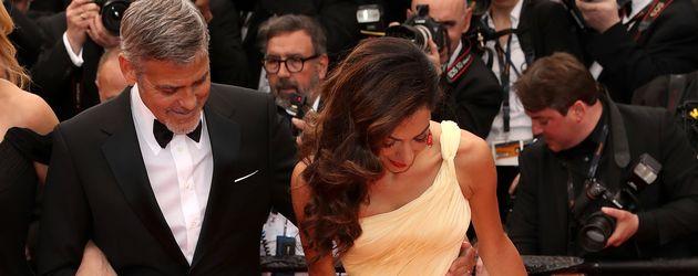 Amal Clooney kämpft mit ihrem schönen Kleid bei den Filmfestspielen in Cannes 2016