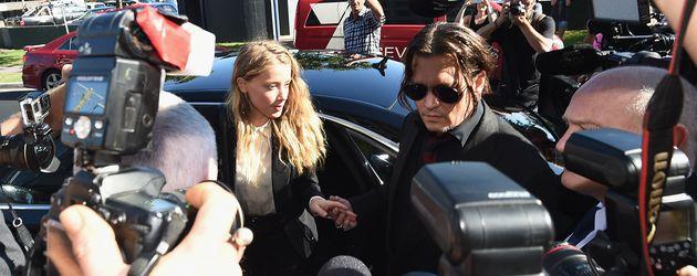 Amber Heard und Johnny Depp umringt von Paparazzi