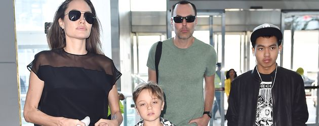 Angelina Jolie mit Maddox, Knox und Bruder James Haven am Flughafen in New York