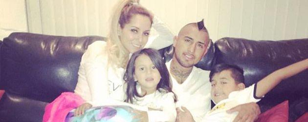 Fußballer Arturo Vidal mit Maria Teresa Matus und den Kindern