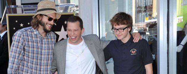 Ashton Kutcher, Jon Cryer und Angus Jones vor Cryers Stern