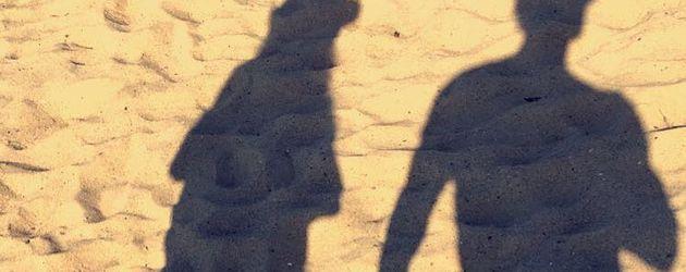 Bastian Yotta mit geheimnisvoller Schatten-Frau
