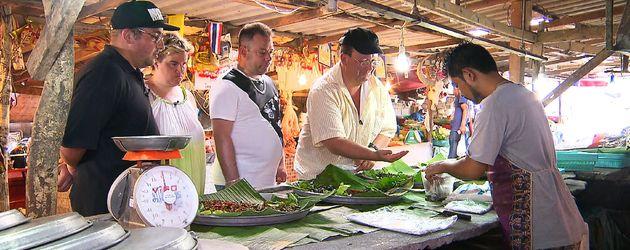 """""""Schwiegertochter gesucht"""": Beate (2.v.l.) auf einem Wochenmarkt in Thailand"""