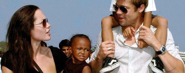 Brad Pitt, Angelina Jolie und die gemeinsamen Kinder Zahara und Maddox in Mumbai, 2006