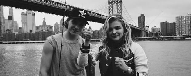 Brooklyn Beckham und Chloë Moretz vor der Manhattan Bridge in New York