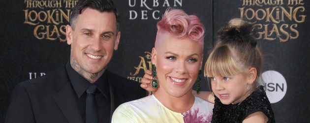 "Carey Hart, Pink und Töchterchen Willow bei der ""Alice Through The Looking Glass""-Premiere in L.A."