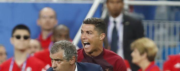 Cristiano Ronaldo und Portugal-Trainer Santos beim EM-Finale 2016