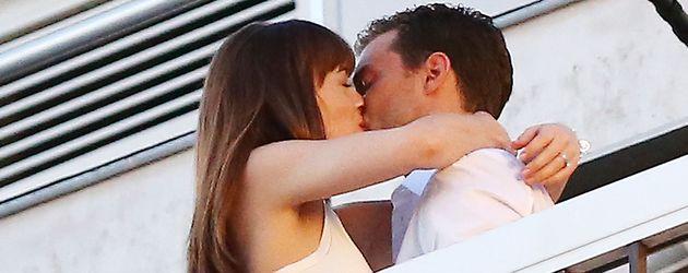 """Dakota Johnson und Jamie Dornan während einer Kuss-Szene für """"Fifty Shades of Grey"""""""